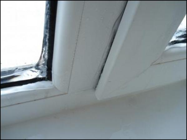 На ваших окнах зимой появляются характерные узоры, стекла запотели, а на подоконнике образуются лужи?
